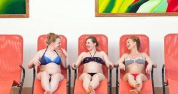 Glücklicherweise sind die Zeiten vorbei, in denen ein Babybauch schamhaft versteckt wurde: perfekte Bademode für Schwangere kommt vom Designer!