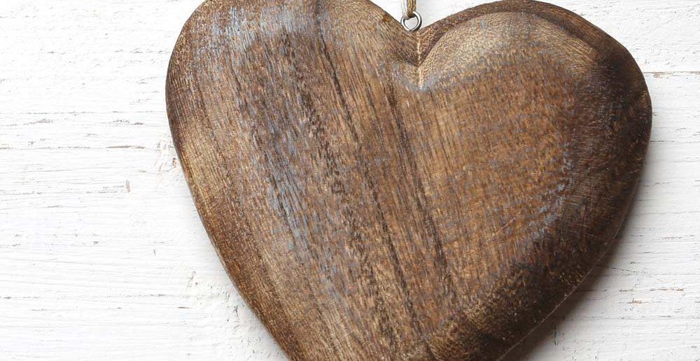 6. Tipp für Taufgeschenke: ein hölzernes Herz als Symbol für Geborgenheit zur Taufe schenken