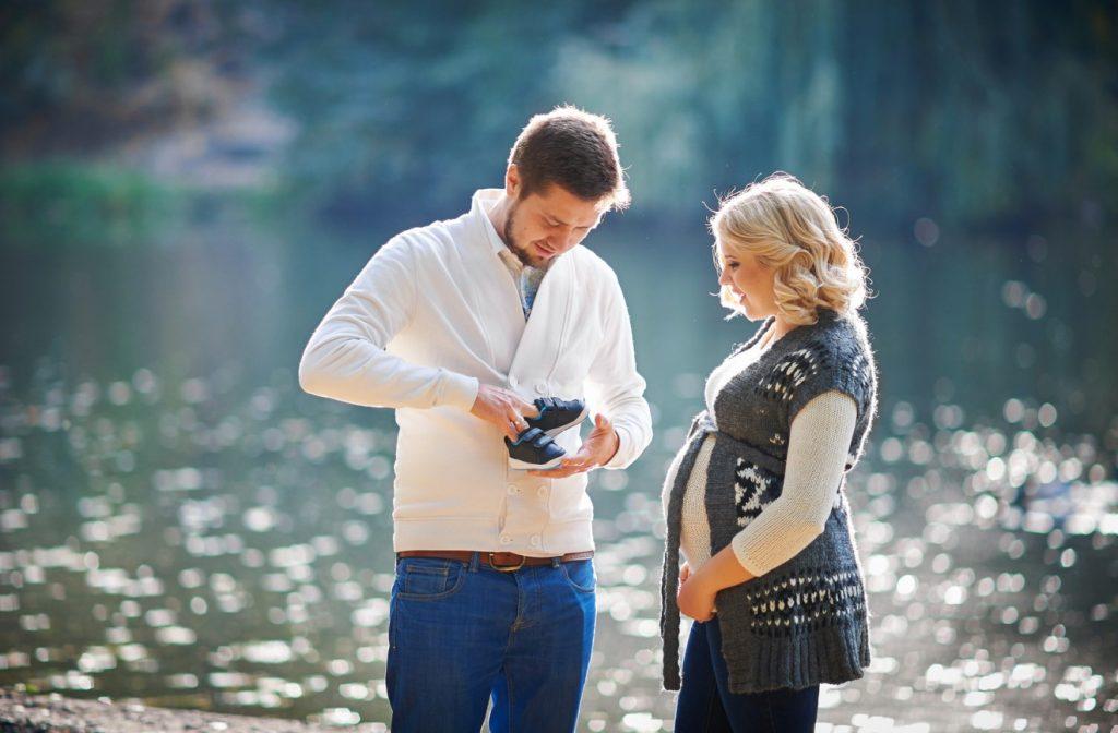 Sich viel zu bewegen, dürfte den werdenden Eltern sicher leicht fallen. So Vieles gibt es zu bereden und zu überdenken. Ein gemeinsamer Ausflug in die Natur ist da die richtige Umgebung. Ein solcher regelmäßiger Spaziergang hilft der werdenden Mutter auch, den ungeliebten Schwangerschaftsstreifen vorzubeugen. (#1)
