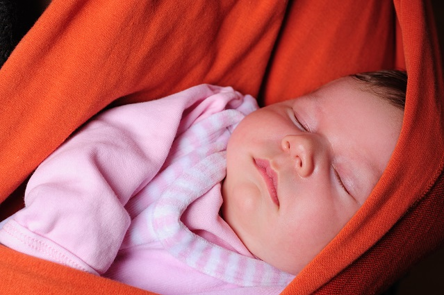 Ein untrügliches Zeichen für Wohlbefinden ist es übrigens, wenn Babys im Tragetuch einschlafen. Dann fühlen sie sich wohl und sicher.