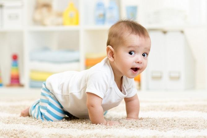 Mit der wachsenden Neugierde auf die Welt wächst auch der Bewegungsdrang und der führt zwangsläufig nach dem Krabbeln zu den ersten Sitzversuchen.