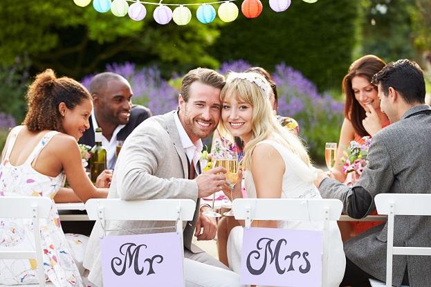 Auch der eigene Garten ist eine schöne Lokation für eine Hochzeit, wenn die Dekoration des Hauses auch entsprechend gestaltet ist.