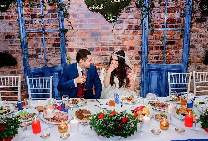 Eine rustikalere Hochzeitsdeko auch das ist eine tolle Idee , wenn man Zuhause feiern möchte.