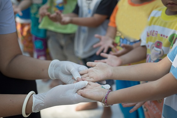 Besonders Kinder sind anfällig für die Hand-Fuss-Mundkrankheit und stecken sich gegenseitig an.