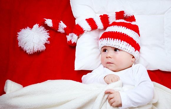 Ein schlafendes Baby sieht auf den Fotos ganz anders aus, wenn es von oben oder der Seite fotografiert wird.