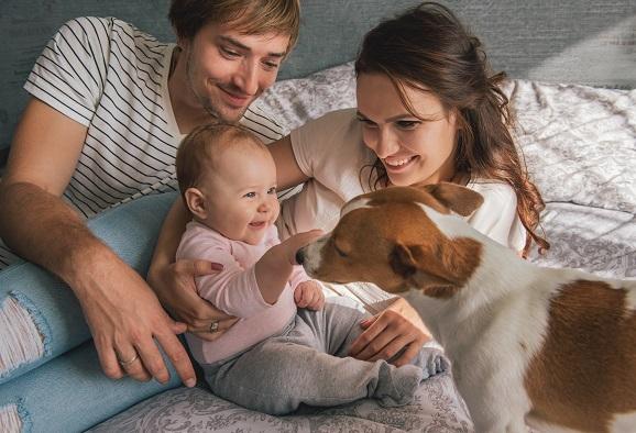 Das Zusammenspiel von Babys und Tieren ist einfach unschlagbar.