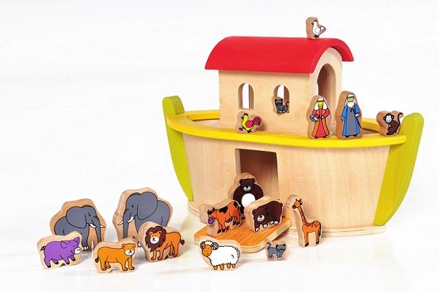 Sowohl Holz als auch Pappe und Kork sind außerdem deutlich ökologischer als Plastik und vermitteln als umweltfreundliche Spielzeugvariante ein positives Gefühl.