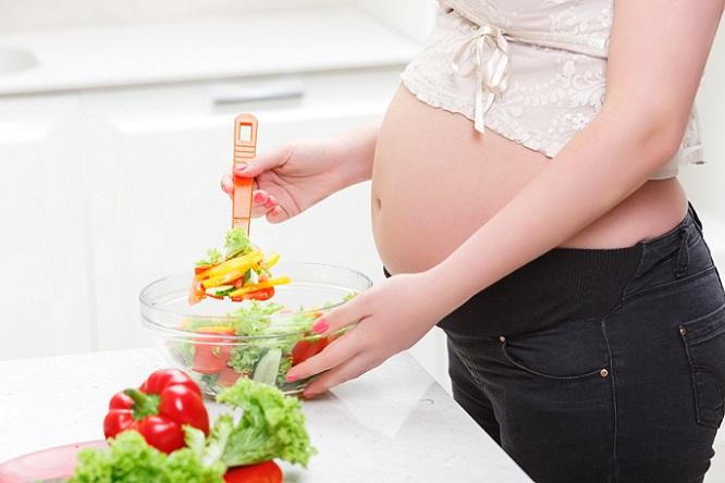 Obst, Gemüse und Getreide sollten täglich auf dem Speiseplan stehen. Bei diesen Lebensmitteln ist die Nährstoffdichte sehr hoch, das heißt, es werden viele Nährstoffe bei wenig Energie geliefert. (#01)