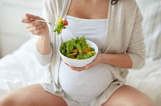 Die Ernährung einer Veganerin in der Schwangerschaft stellt höchste Ansprüche an das Fachwissen über gesunde Ernährung. Dabei dürften Sie allerdings zu dem Schluss kommen, dass es schier unmöglich ist, über rein pflanzliche Lebensmittel alle nötigen Stoffe für sich und Ihr Baby aufzunehmen. (#02)