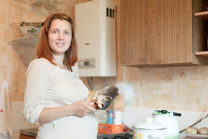 Wichtig ist zudem die Aufnahme von Fisch. Ernährungsexperten empfehlen, dass eine Schwangere oder Stillende mindestens zweimal pro Woche Fisch genießt, denn Studien haben ergeben, dass bei den Kindern ab der Geburt das Allergierisiko deutlich geringer ist, wenn die Mama schon immer Fisch gegessen hat. (#04)