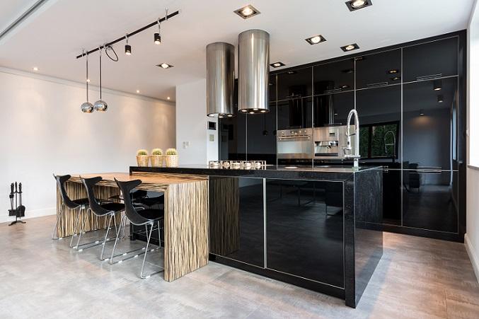 Die dunklen Farben wirken elegant, die Maserung von Tisch und Fußboden warm und gemütlich.(#15)