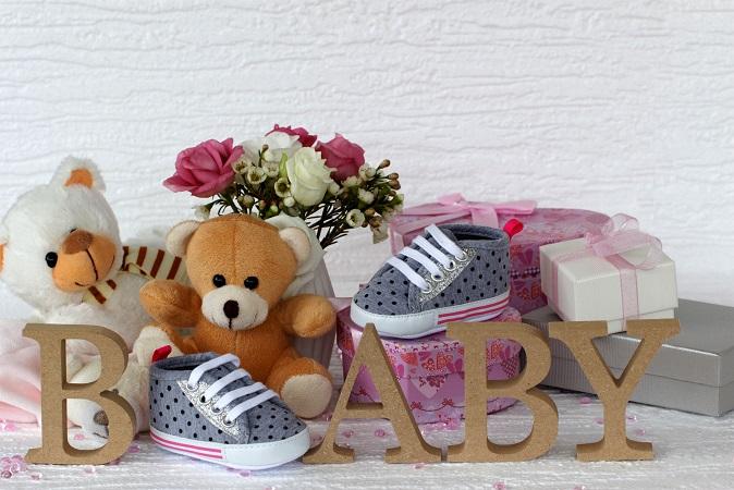 In erster Linie wird es natürlich Geschenke für das Baby geben: Plüschtiere, Bodys, Strampler, Nuckelflaschen etc. gehören zum Standardrepertoire und lassen sich hübsch drapieren. (#03)