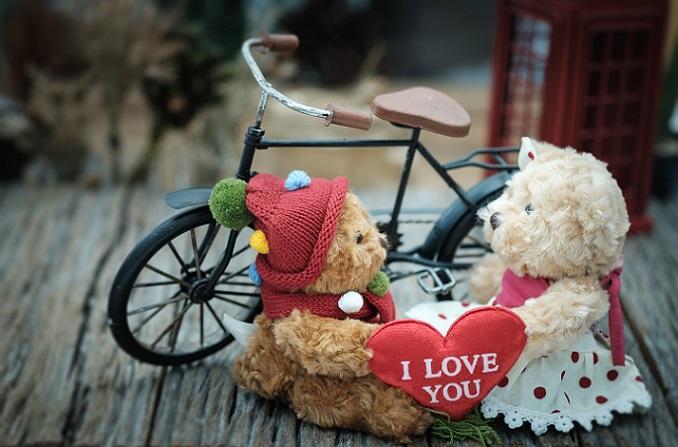 Selbst dann, wenn das Kind groß geworden ist, wird es auf diesen Teddy nicht verzichten wollen, der seit Kleinkindtagen an seiner Seite war.(#08)