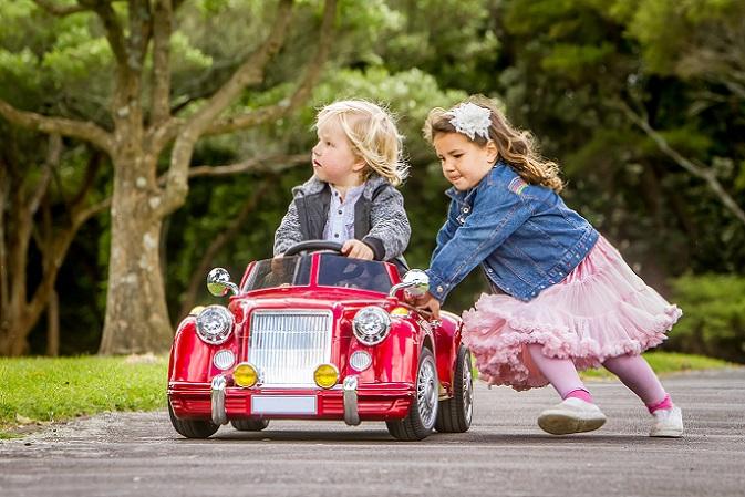Die Kleinen spielen zusammen, helfen sich gegenseitig und verstehen sich gerade gut. (#09)
