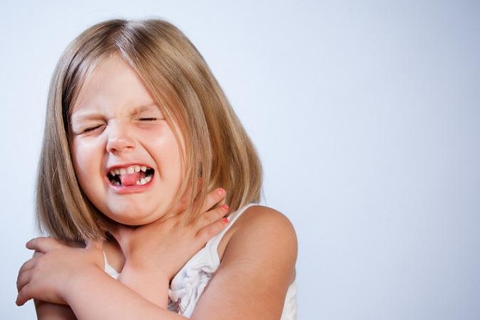 Am Wichtigsten ist es ruhig bleiben und dem Kind gut zu zureden. Ein kühles Tuch auf dem Kopf mindert Schwindelgefühle und Übelkeit. (#02)