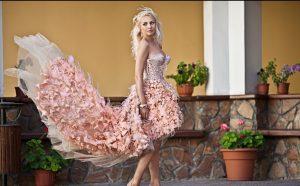 Die klassischen Farben für Hochzeitskleider sind heute Weiss, Rosé und Eierschale. Doch manche Braut fühlt sich auch in außergewöhnlichen Farben wir Champagner oder Flieder gut in Szene gesetzt. (#1)
