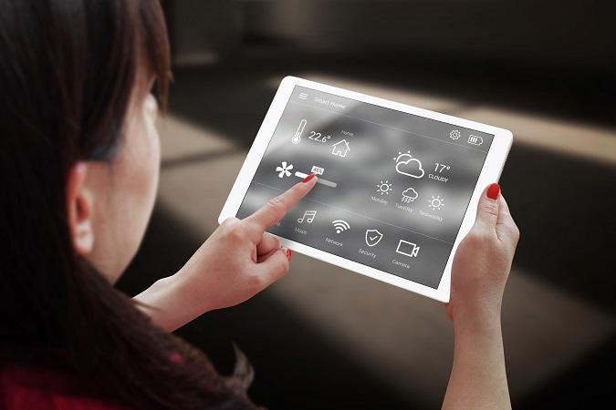 Für die Eltern gibt es mittlerweile Apps, die die Freundschaften auf Facebook oder Twitter durchsuchen, aus der Ferne das Handy sperren oder verfolgen, wo sich ihre Kinder gerade befinden. (#01)