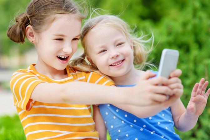 Wer als Eltern auf dem Smartphone seiner Kinder ein Tracking Tool installiert, der bewegt sich in einer rechtlichen Grauzone. Denn die Gesetzesvorgabe lautet, dass Kinder einwilligungsfähig sein müssen und es gibt keinerlei genaue Altersfestsetzungen für diese Grenze. (#02)