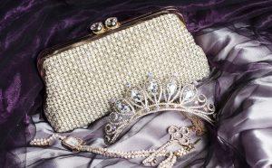 Eine Braut ohne Handtasche (pardon: Handtäschchen!), das geht ja mal gar nicht! Auch Tiara, ein wenig Schmuck und die perfekten Handschuhe und so manches anderes wichtiges Accessoire sind unverzichtbar. (#5)