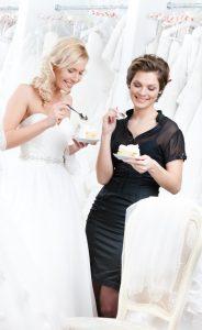 Würden Sie ihr Brautkleid im Online-Shop kaufen? Dort kann keine Beraterin zum Kaffee einladen und auf spontane Fragen eingehen. Das geht nur im Laden! (#4)