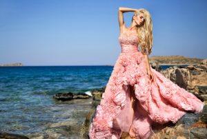 Ein Designer-Brautkleid ist der Traum so mancher Braut. Wie wie teuer das Brautkleid beim Designer werden kann, ... man hörte von mancher Promi-Braut Preise von mehr als 35.000 Euro! Aber ist teuer auch gut? (#1)
