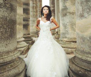 Und wenn es einfache Brautkleider bereits ab 100 Euro gäbe? Würde sich frau darin denn auch überhaupt wohlfühlen können? MUSS ein Brautkleid nicht vier- wenn nicht gar fünfstellig kosten? (#2)