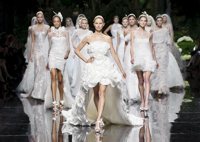 Hochzeitskleider von namenhaften Designern sind der Traum vieler Bräute. Trotz aller gewagten Styles und Extras ist aber eines geblieben: Weiß ist immer noch im Trend