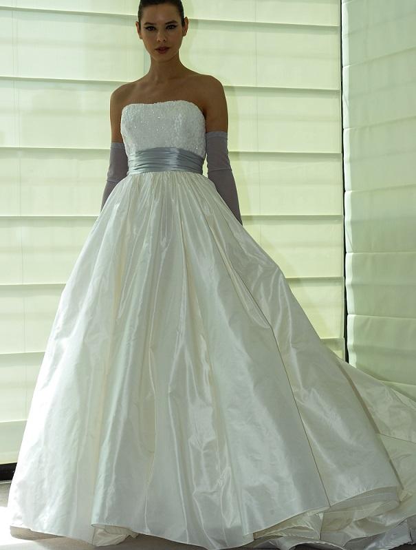 """...wem die A-Linie noch nicht genug ist, dem würde vielleicht der Hochzeitskleider-Schnitt """"Duchesse"""" noch mehr zusagen. Im Englischen heißt dieser Schnitt einfach """"ball gown"""" (Ballkleid). Er kommt einem durch die Disney-Filme so bekannt vor. Zum Beispiel tanzt Cinderella auf dem Ball in einem typischen Duchesse-Kleid. (#02)"""