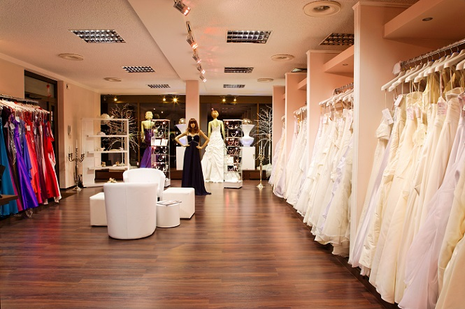 Das richtige Geschäft. Grundsätzlich sollte man Hochzeitskleider vor Ort kaufen. Online würde man das Risiko eingehen, dass das Kleid letztendlich doch nicht gefällt oder einfach nicht passt.