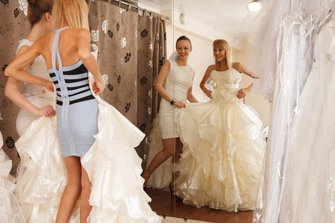 Vorab lohnt sich ein Hochzeitskleider-Brainstorming (das macht besonders Spaß mit der besten Freundin, die dann auch auf die Shopping-Tour mitgenommen wird). Diese Fragen könnten inspirieren: