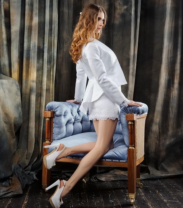"""Immer gefragter in der Brautmode ist inzwischen das """"Kurze Weiße"""". Bräute werden mutiger, probieren aus und zeigen mehr Bein. Gerade bei kurzen Hochzeitskleidern sollte man aber die passenden Hochzeitsschuhe (noch!) bedachter auswählen. (#07)"""