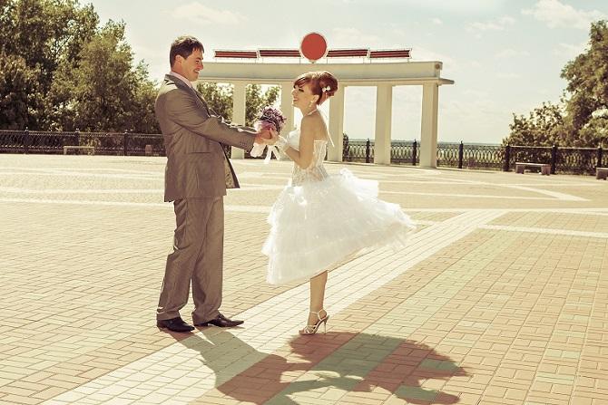 Hochzeitskleider mit Tüll- und Tellerrock à la Audrey Hepburn sind wieder da. (#08)