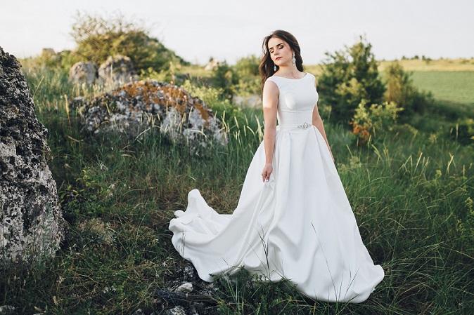 Laut Mode-Ikone Coco Chanel sollte ein Mädchen stets zwei Dinge sein: Klassisch und fabelhaft. Ebenso wie der folgende Hochzeitskleider-Schnitt...(#05)