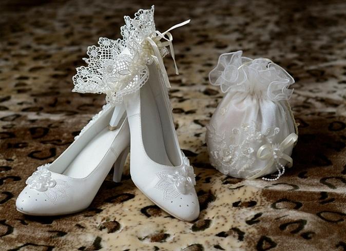 Wenn es auf Shopping-Tour geht, sollten alle Ideen mitgenommen und an den Hochzeitskleidern direkt ausprobiert werden. Dazu zählt auch: Extra Unterwäsche und verschiedene Schuhe mit unterschiedlichen Absätzen und Höhen. (#13)