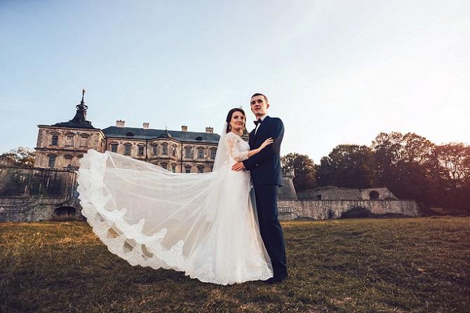 """Ein Hochzeitskleid, das in die Kategorie """"Luxus"""" fällt, ist meist in großen Teilen von Hand gearbeitet und jedes Detail ist durchdacht. Satin und Spitze werden verwendet, Taft und Tüll verarbeitet. Das Brautkleid ist zusätzlich mit Perlen verziert oder durch kleine Schmucksteine besonders hochwertig gestaltet. (#01)"""