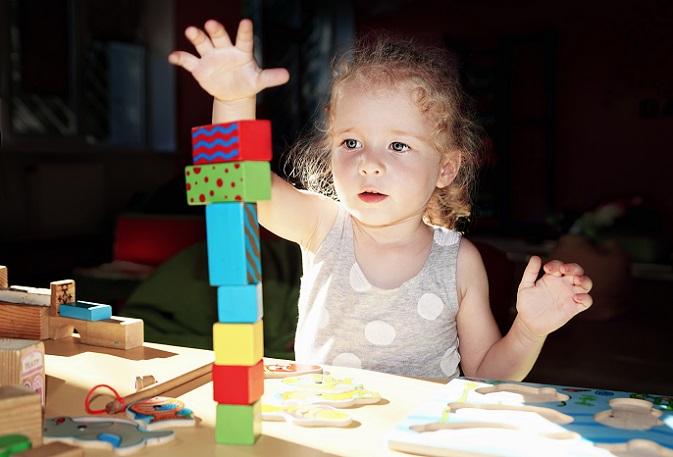 Wer nun zu Holzspielzeug greift, sollte auf geöltes und nicht lackiertes Vollholz setzen. Es darf keine Schadstoffe oder Lösungsmittel enthalten, denn gerade kleine Kinder nehmen alles in den Mund. (#04)