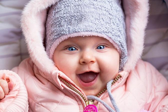 Nichts einzuwenden, ist gegen das Baby eincremen im Herbst und Winter. Denn gerade, wenn es nach draußen in die Kälte geht, kühlen Babys und Kleinkinder sehr schnell aus. (#05)