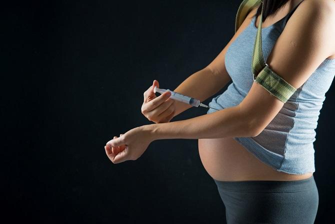 Außerdem können auch Medikamente Ursache für eine Fehlgeburt sein, zum Beispiel, wenn sie zu einer Fehlbildung der Gebärmutter oder einer Fehlentwicklung der Plazenta führen. Dasselbe gilt auch für Alkohol- und Drogenmissbrauch oder für einen Sturz oder Unfall. (#02)
