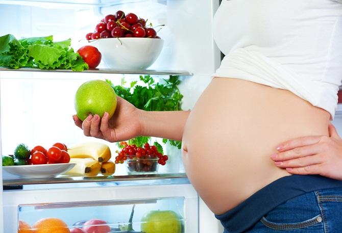 Sehr wichtig ist auch eine ausgewogene und nährstoffreiche Ernährung und Diäten sind während der Schwangerschaft tabu. Sport und leichte körperliche Tätigkeiten sind erlaubt und sehr gut eignen sich auch langsames Jogging, Nordic Walking, Yoga oder Schwimmen. (#04)