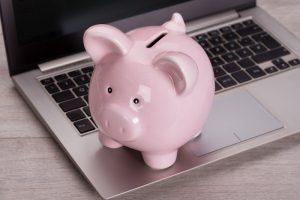 Bei Online-Konten beziehungsweise Online-Banken sollte darauf geachtet werden, dass ein späterer Zugriff auch über ein ausreichendes Netz an Geldautomaten gewährleistet ist. Außerdem sollte kein regelmäßiger Geldeingang erforderlich sein.(#02)