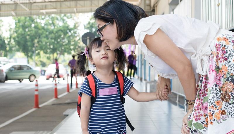 Da immer mehr Eltern beide berufstätig sind, ist es heute nicht selten, dass Kinder bereits mit zwölf Monaten in einer Kita oder von einer Tagesmutter betreut werden. Dieser neue Lebensabschnitt sollte beim Kind gut vorbereitet werden und die Suche nach einer entsprechenden Einrichtung zur Betreuung sollte möglichst frühzeitig beginnen. (#02)