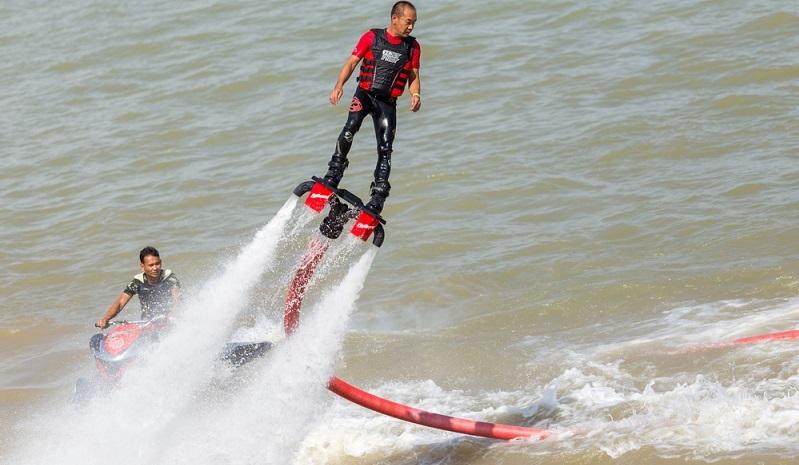 Wer es abenteuerlicher mag für den empfiehlt es sich, mit dem Flyboard über den See zu schweben, im Atlantik zu surfen oder Go-Kart zu fahren. Wer nicht weiß, was ein Flyboard ist: es ist ein in erster Linie bei jungen Menschen äußerst beliebtes Wassersportgerät. (#02)