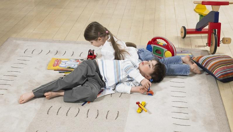 Da viele Kinderzimmer heute mit Holzboden ausgestattet sind, lohnt sich der Kauf eines kindgerechten Teppichs. Er kann in der Mitte des Zimmers ausgelegt werden und bietet einen warmen und bequemen Untergrund. (#03)