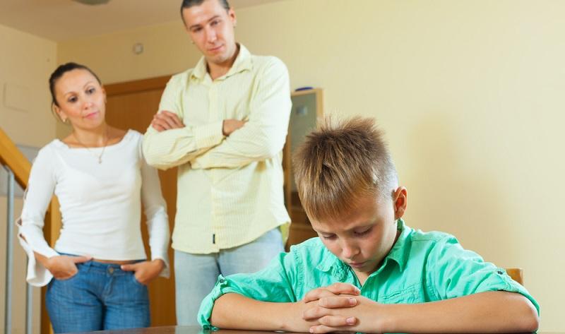 Eifersucht bei Kindern oder ein Geschwisterstreit entstehen sehr schnell - hier müssen Eltern vermitteln und einschreiten. Wie dies am besten funktioniert, schildert unser Erziehungsratgeber zum Thema Geschwisterrivalität und Eifersucht. (#01)