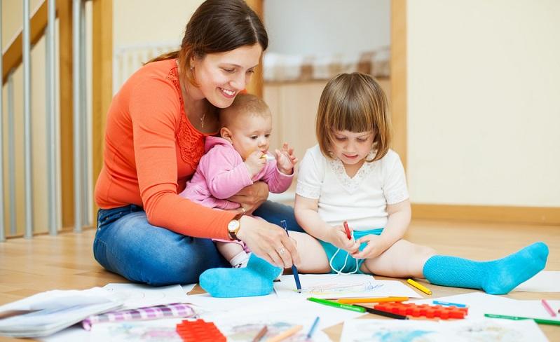 Generell sollten Eltern sich immer abwechselnd um das Baby kümmern, damit der freie Elternteil Zeit hat, sich dem größeren Geschwisterchen zu widmen. (#02)