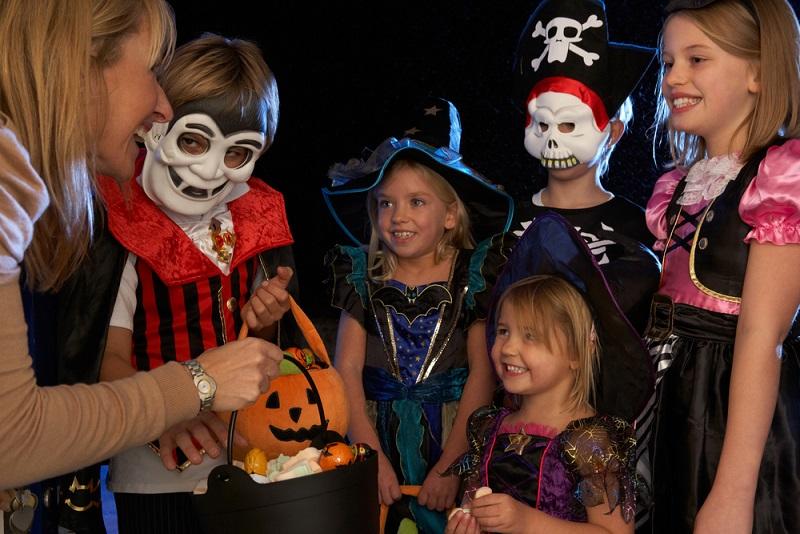 Kinder ziehen von Haus und Haus, klingeln an den Türen und verlangen nach Süßigkeiten.(#04)