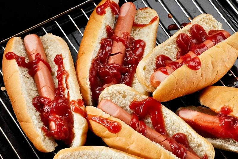 Halbierte Würstchen mit viel Ketchup arrangiert, erinnern fatal an abgehackte Finger...(#03)