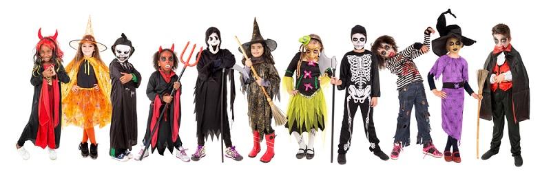In fantasievolle Kostüme gekleidet und auffällig geschminkt ziehen große und kleine Kinder,durch die Straßen ihrer Nachbarschaft.(#01