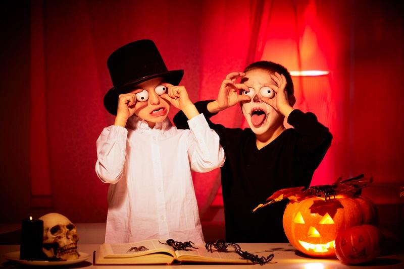 Ohne Frage gehört vor allem das Erschrecken zu Halloween, wie das Datum Ende Oktober.('#03)
