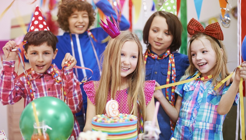 Sind die kleinen Gäste eingetroffen, kann die Party steigen. Wer auch etwas Programm bereithalten möchte, um die Kinder zwischendurch, oder wenn sie zu wild toben, ohne viel Theater zu beschäftigen, kann sich von unseren tollen Tipps inspirieren lassen. (#02)